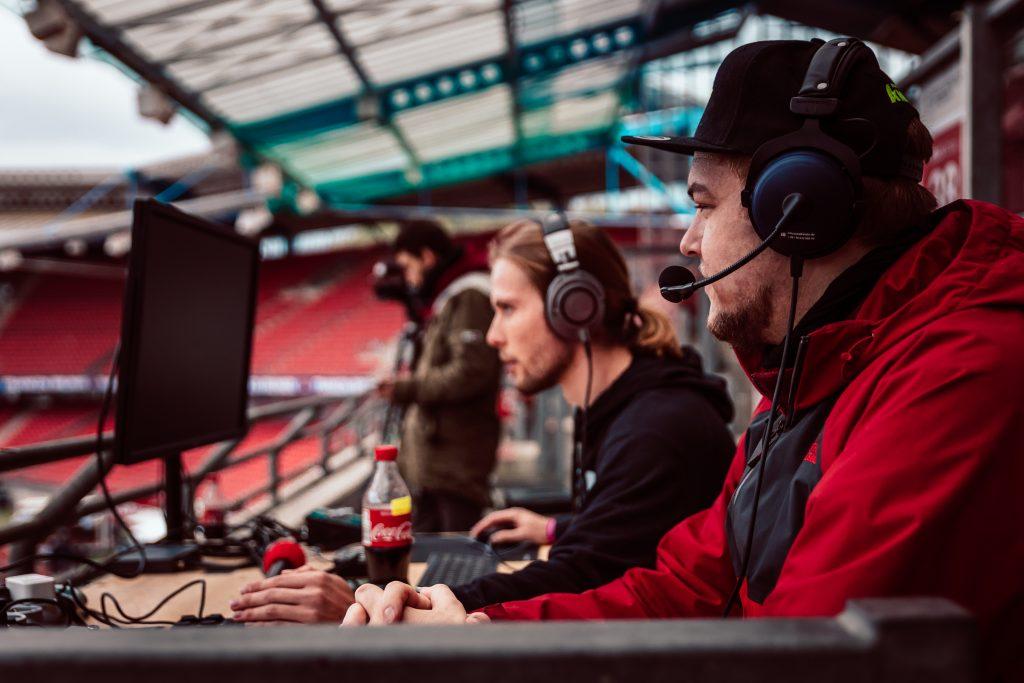 Eventfotograf Alexander Klarmann aus Stuttgart (erkennbar an der roten Jacke) bei einem Auftrag im Rahmen der Live-Event-Kommunikation wärend eines Events der Nürnberger Versicherung im Max-Morlock-Stadion.
